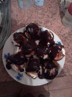 Profiteroles de nata y chocolate