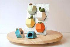 Diez ideas para decorar tu cocina  Minimacetas de cerámica para decorar la heladera. Vienen con una suculenta ($120 c/u, Mil Gracias Objetos Merecidos)