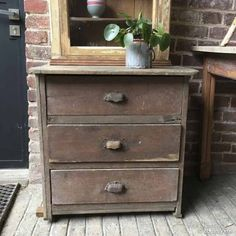 Petit meuble d'atelier en bois brut avec ancienne patine marron par endroit, dans son jus. 3 tiroirs aux dimensions intérieur de 50 x 26,5 x 14 cm. Poignées en acier d'origine.