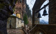 Ανάμεσα στα χωριά Άγραφα κι Επινιανά, στα γρανιτένια βράχια του αγραφιώτικου τοπίου, βρίσκεται κρυμμένη μέσα σε μία σπηλιά η Μονή της Παναγίας της Στάνας. Ένα από τα ωραιότερα κι εντυπωσιακά μοναστήρια της περιοχής. By Eriks Z shutterstock Τα λίγα δέντρα εκεί, κρύβουν μεγάλο μέρος της μικρής εκκλησίας, ενώ ξεχωρίζουν ο τρούλος του ναού και τα […] Mina, Cabin, House Styles, Travel, Shelters, Decor, Viajes, Decoration, Cabins