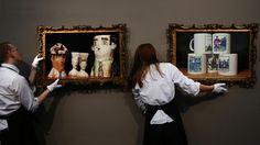 Слева в раме: керамические головки Марии Фофановой. Справа в раме: кружки с принтами по мотивам лубков времен Первой мировой войны. Книжная лавка дизайнера MONITOR book/box