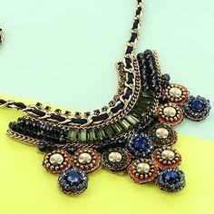 Un collar de cristales de colores es el accesorio perfecto para complementar tu Look Encuentras este collar en  ➡️ www.pinkrevolver.com.mx #PinkRevolver #ShopOnline