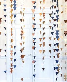 petits triangles multicolores enfilés sur un fil et suspendus pour créer une decoration chambre intéressante, guirlande fanion