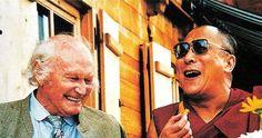 """HEINRICH HARRER, alpinista e esploratore fu uno dei pochi stranieri che visse in Lhasa durante il suo crepuscolo. Il suo libro """"Sette anni in Tibet"""" ha introdotto centinaia di migliaia e forse più persone alla conoscenza del Tibet. Nella sua vita si è sempre battuto per i diritti di libertà del popolo tibetano. Ha lasciato il corpo il 7 gennaio del 2006. Nella foto: Il Dalai Lama incontra l'amico di gioventù Heinrich Harrer. Liechtenstein, 1993"""