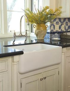 Farmhouse Sink for a Cook's Kitchen        Serious cooks love the practicality a farmhouse kitchen sink provides. Countertops clean up in a snap -- just wipe them down, brushing crumbs and other food debris directly into the sink.
