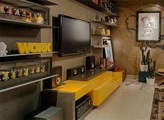 Sala de televisão jovem e colorida