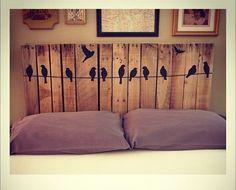 Cabeceira casal em palete com pássaros - Seu Móvel de Palete
