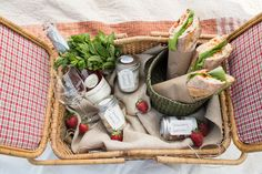 DuVine guides prepare a gourmet picnic for their guests amongst the olive trees just outside of Petroio. Picnic Time, Summer Picnic, Picnic Parties, Beach Picnic, Outdoor Parties, Outdoor Fun, Outdoor Dining, Virginia Ham, Gastronomia