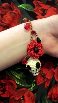 Free crochet pattern: Skull and flower bracelet by Liz Ward, perfect for halloween | Inside Crochet