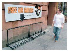 「FREE AIR GUITAR -PREASE TAKE ONE-(無料のエアギター。お一つどうぞ)」。