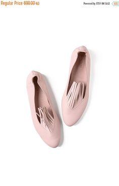❘❘❙❙❚❚ IN VENDITA ❚❚❙❙❘❘ * * Quelle scarpe meravigliose di pinkie sono esaurito - possono solo fatto per ordine * * Frange Scarpe in pelle fatti a mano, morbidi e comodi, avvolgere i piedi con amore e stile. Si può camminare con loro tutto il giorno, con jeans, abitino nero e qualunque cosa si sceglie di indossare. Ballerine in gomma nella parte posteriore del piede - per comodi slip-on Rosa scarpe in pelle fatti a mano, dal design leggermente fuori dalla scatola. Strisce che si trovano s...