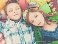 brother sister laying down pose Sister Photography, Children Photography, Photography Poses, Brother Sister Poses, Alice Olivia, Sibling Poses, Kid Poses, Siblings, Sister Pictures