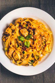 Frisk pasta med kylling Good Food, Yummy Food, Danish Food, Italian Recipes, Danish Recipes, Casserole Recipes, Carne, Salad Recipes, Food Porn