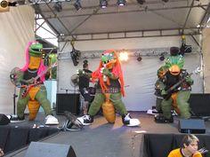 HeavySaurios in Concert! Se terminan las #vacaciones de invierno y los chicos siempre serán chicos... paras las madres & padres #rockers(y también para los que no lo son) que aun no los conocen les presento a los Heavysaurios!!! una banda muy particular compuesta por cuatro dinosaurios y un dragón... la particularidad de sus recitales es que tanto grandes como chicos disfrutan y corean sus canciones! Enjoy #conciertos #recitales Recital, Vintage Metal, Concerts, Mothers, Dinosaurs, Vacations, Sash, Guys, Winter