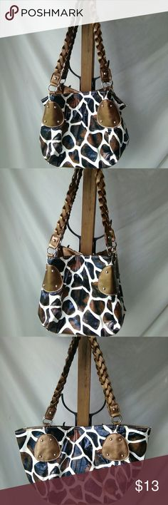 Great condition giraffe print purse by Bueno!! Great used condition, giraffe print, has snaps inside top of purse for multiple looks as pictured, can be worn whatever way you'd prefer, Bueno brand, braided strap!! Bueno Bags Shoulder Bags