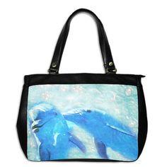 Bolsa em couro preto, com estampa em poliéster e nylon por dentro, fecho em zíper.  Personalizada em ambos os lados  Três bolsos internos.  Alça com botões de aprox. 55cm.  Bolsa: 37,5x30,0x12,5cm