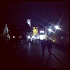 Nächtlicher Blick von der Alten Mainbrücke auf die beleuchtete Fassade des Kiliansdoms, Würzburg.