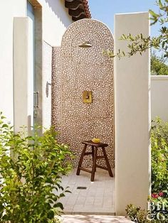 Things We Love: An Outdoor Shower – Design Chic Things We Love: An Outdoor Shower Outdoor l Outdoor living l Spanish Style Homes, Spanish House, Spanish Style Bathrooms, Spanish Bungalow, Spanish Colonial, Spanish Style Interiors, Spanish Revival Home, Spanish Kitchen, Design Exterior