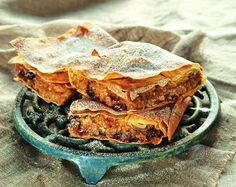 This is NOT the American kind of pumpkin pie! This is the traditional Greek pumpkin pie, sweet and delicious, with cinnamon and carnation, walnuts and raisin. Greek Desserts, Greek Recipes, Fun Desserts, Vegan Pumpkin Pie, Pumpkin Recipes, Vegan Foods, Raisin, Good Food, Food And Drink