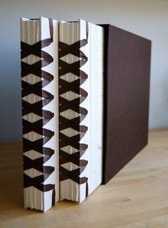 Ejemplo de encuadernación con puntada larga en acordeón - Examples of western case binding, long stitch, accordion