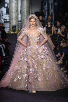 Mit Blüten besticktes Brautkleid von Elie Saab, Haute Couture Herbst/Winter 2016/17