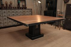 http://www.legrenier.eu/fr/stock/categorie-marchand/table-chaise/produit/table-industrielle-carree.html