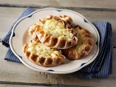 Karjalanpiirakka on aito perinneherkku Joko, Apple Pie, Tapas, Waffles, Baking, Breakfast, Desserts, Recipes, Morning Coffee