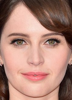 Close-up of Felicity Jones at the 2017 Oscars.