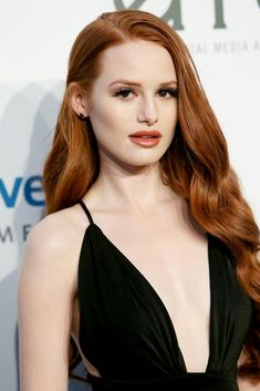 Madelaine Petsch as Cheryl Blossom - The world famous Celebritiesare here Madelaine Petsch, Cheryl Blossom Riverdale, Riverdale Cheryl, Peinados Pin Up, Long Box Braids, Ginger Hair, Cara Delevingne, Jennifer Aniston, Beautiful Actresses