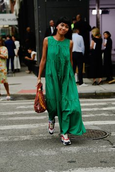 The Best Street Style From New York Fashion Week <br> All the lewks you didn't see on the runway. Street Style Vintage, Look Street Style, New York Fashion Week Street Style, Nyfw Street Style, Street Style Trends, Street Style Summer, Cool Street Fashion, Casual Street Style, Street Style Women