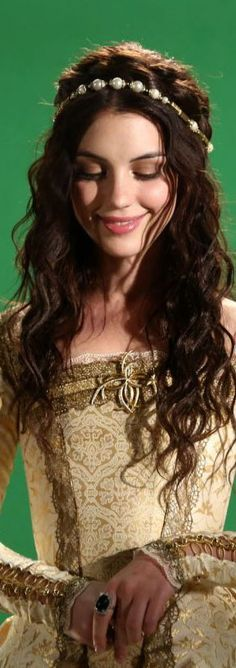 Adelaide Kane in Reign Reign Mary, Mary Queen Of Scots, Queen Mary, Adelaide Kane, Reign Hairstyles, Wedding Hairstyles, Reign Serie, Reign Tv Show, Reign Dresses