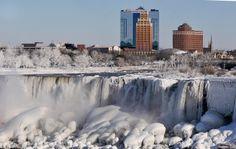 Vodopády u městečka Niagara Falls na americké straně, ve státě New York. Turisticky více navštěvovaná je strana kanadská, kde leží větší čás...