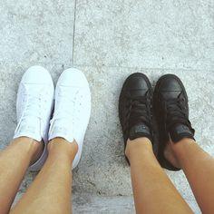 Black or White? Sea cuál sea la que prefieres las All Star Converse de piel son imprescindibles en tu armario.