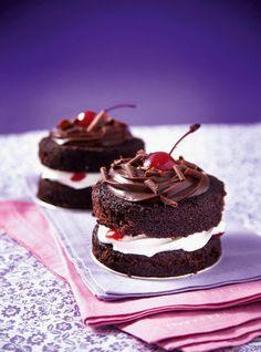 Minibolo floresta negra de chocolate com chantilly e cerejas Köstliche Desserts, Dessert Recipes, Small Cake, Savoury Cake, Food Cakes, Mini Cakes, Cookie Recipes, Cake Decorating, Sweet Treats