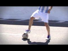 """aquí tienes una demostración de cómo hacer la """"Calecita"""" un truco de futbol famoso para mejorar sus habilidades de futbolista.    El truco de fútbol paso a paso :    1- Antes de llegar a la pelota pongan el cuerpo de lado y hagan un suave toque hacia atrás (con la suela del pie)    2- sigue girando el cuerpo y arrastra la pelota con la suela del pie o..."""