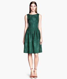 Pin for Later: Vous n'allez jamais nous croire quand vous découvrirez d'où viennent ces superbes robes ! Robe verte H&M brodée Les robes brodées ont toujours été à la mode comme cette jolie robe verte ($70) qui reste très abordable.