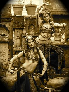 Cool vintage vibe on this belly dance pic!You can find Tribal belly dance and more on our website.Cool vintage vibe on this belly dance pic! Tribal Fusion, Dance Oriental, Style Oriental, Belly Dance Outfit, Belly Dance Costumes, Belly Dance Makeup, Foto Glamour, Belly Dancing Classes, Tribal Belly Dance
