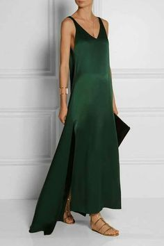 This minimalist emerald satin de soie sleeveless maxi dress looks so chic and comfortable. Classic yet so stylish by Rosetta Getty. Slep Dress, Look Fashion, Fashion Tips, Fashion Design, Fashion Goth, Fashion Hacks, Classy Fashion, Petite Fashion, French Fashion