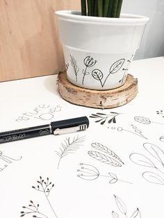 Biała, minimalistyczna doniczka miłośnika natury malowana ręcznie. Doniczka sprzedawana bez roślinki. Wysokość 9cm, otwór średnica 12cm. Brak dziury na spodzie doniczki.