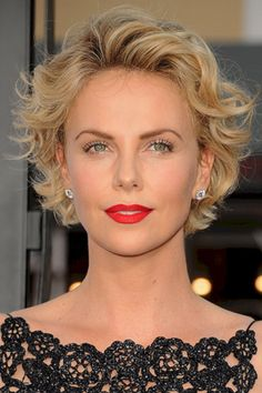 Adorable 60+ Charlize Theron Short Hairstyle Ideas https://www.tukuoke.com/60-charlize-theron-short-hairstyle-ideas-5648