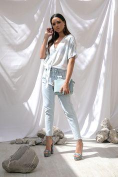 Camisa tye dye azul That's It, jeans con plisado en la cintura, sandalias azul de plataforma con animal print Westies, clutch azul Jaime Ibiza, aretes azules Map y anillo azul.