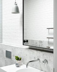 gra-badrum_inspiration_bathroom_carrara_vitt-kakel-halvforband_vit-fog_photo_sharyn-cairns_mim-design_badrumsdrommar_tvattstall-spegelskap_halvkaklat_2