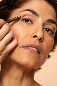 Makeup Techniques For Younger Eyes - How To Look Younger With Makeup - Make-up-Te Makeup Tips To Look Younger, Makeup Tips For Older Women, Young Makeup Looks, Beauty Skin, Beauty Makeup, Hooded Eye Makeup Tutorial, Makeup Over 40, Eye Makeup Tips, Basic Makeup