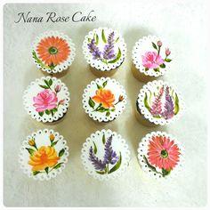 Handpainting flowers cupcake