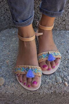 OOAK griechische Leder Sandalen mit Freundschaftsarmband in wunderschönen Pastel Farben mit Quaste