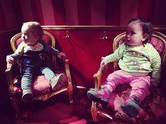 В одном кукольном поезде ехали две куклы.  in einem Pupenzug fahren zwei Puppen.