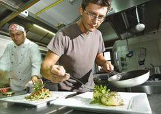Matej Tomažič könnte auch Tourismus-Botschafter im Vipava-Tal sein. Tatsächlich ist er Chef der Majerija und kocht seine Gäste mit Kräutern und Mlinci ein. Die schlafen dann auch noch in seinen unterirdischen Zimmern. Kraut, The Ordinary, Wine Recipes, Wines, Vegetables, Food, Gourmet, Food And Wine, Good Food