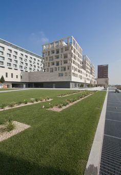Foto del complesso polifunzionale da viale Umbria : Pareti & Pavimenti in stile moderno di Studio di Architettura Fabio Nonis