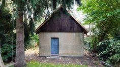 Berlin-based practice Büros für Konstruktivismus has transformed a former chicken house into a pine-lined artist's studio.