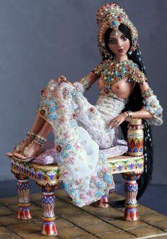 Автор кукол и дизайнер Марина Бычкова создает одну куклу в течение 500 часов, и каждая из них становится настоящим шедевром.